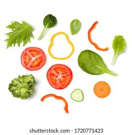 Disposition créative faite de tranches de tomate, concombre, feuilles de basilic. Plat lay, vue de dessus. Concept alimentaire. Légumes isolés sur fond blanc. Motif d'ingrédients alimentaires.