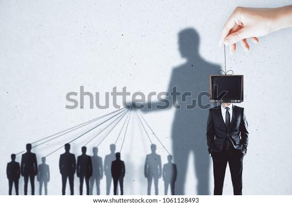 Kreative TV-Manipulation und Gehirnwäsche-Hintergrund mit Menschen und Schatten