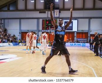 Cremona, Italy, October 20 2019 Jordan Mathews of Vanoli Cremona celebrates after la vittoria sull'Armani Milano during Vanoli Basket Cremona vs A|X Armani Exchange Olimpia Milano Italian Basketbal