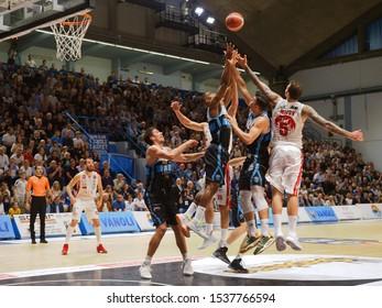 Cremona, Italy, October 20 2019 Micov dell'AX Armani Milano si contende the ball with Saunders of Vanoli Cremona during Vanoli Basket Cremona vs A|X Armani Exchange Olimpia Milano Italian Basketbal