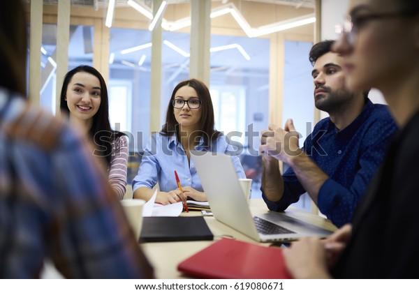 Экипаж профессиональных мужчин и женщин HR менеджеров проводит интервью с молодыми стажерами, разъясняя детали рабочего процесса, задавая вопросы о навыках, креативных дизайнеров, использующих технологии
