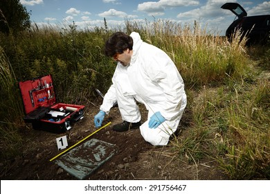 Criminologist technician on reported place of find