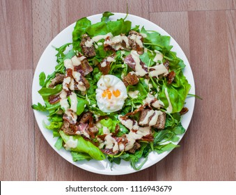 Crispy salad with egg, bread, bacon and dresing