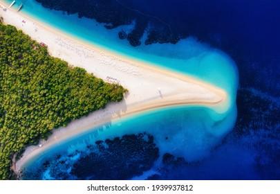 Kroatien, Hvar Insel, Bol Stadt. Landschaft aus der Luft. Luftbild am Strand von Zlatni Rat. Berühmter Ort in Kroatien. Sommersaison aus Drohne. Reise- und Urlaubsbild