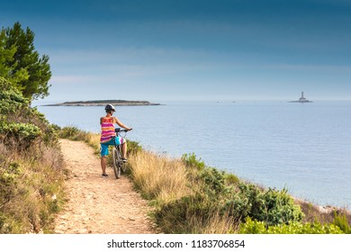 Croatia, Pula, Cape Kamenjak, mountainbiker at the coastline