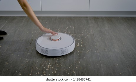 Crop hand switching on robotic vacuum cleaner