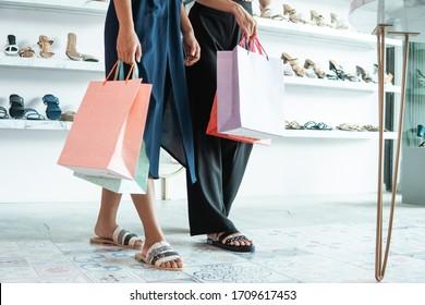 モールの女性の足と買い物袋の切り抜き画像