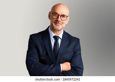 Aufschnitt von Geschäftsführern, die Anzug und Krawatte tragen, während sie auf einzeln grauem Hintergrund stehen. Kopiert Platz.