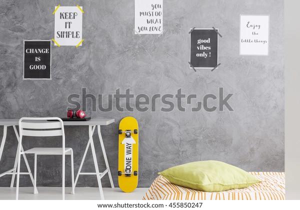 Bijgesneden foto van een tiener kamer interieur met een minimalistisch bureau en een eenpersoonsbed