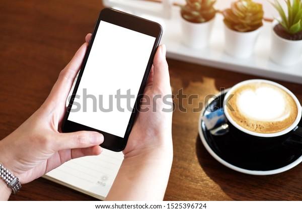 Bildaufnahme der Hände von Geschäftsfrauen, die das Mobiltelefon mit einem leeren Kopienraumbildschirm für Ihre Informationsinhalte oder Textnachrichten halten, die Frau, die während des Smartphones eine Textnachricht liest