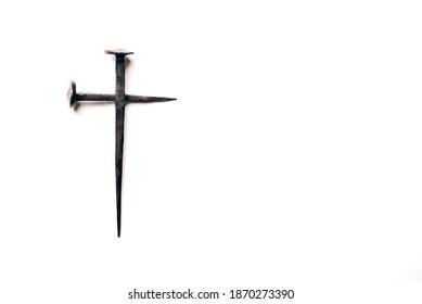 Kreuz mit rostigen Nägeln und Bluttropfen auf weißem Hintergrund. Kopiert Platz. Guten Freitag, Ostern. christlicher Hintergrund. Bibelglauben, Evangelium, Heilskonzept. Kreuzigung Jesu Christi.