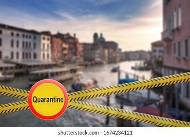 Überqueren von Zaunanlagen mit Warnzeichen der Quarantäne auf unscharfem Hintergrund des Canale Grande in Venedig, Italien. Coronavirus, Covid 19 pandemic, Quarantine-Konzept.
