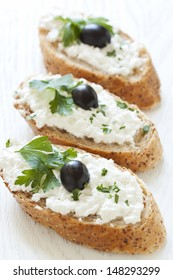 Crostini with cottage cheese, parsley and olive
