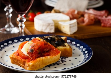 Crostini and red wine
