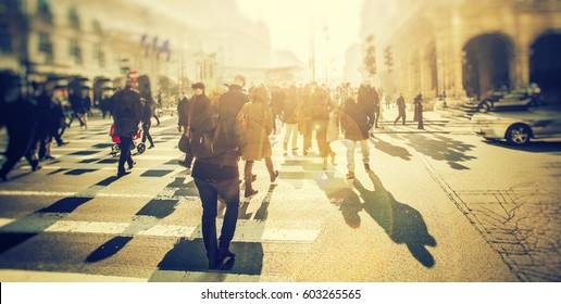 Menigte van anonieme mensen lopen op zonsondergang in de straten van de stad