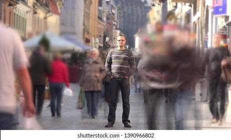 La foule se déplaçant rapidement près de l'homme restant immobile