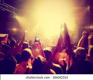 une foule de gens à un concert toné avec un effet de filtre instagram rétro vintage