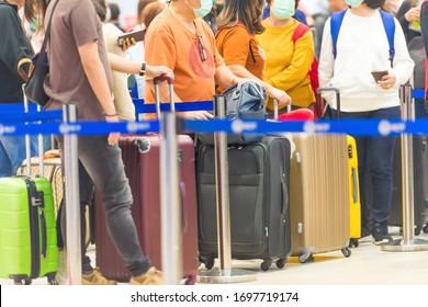 Menschenmenge mit Gepäck, das während der Coronavirus-Quarantäne am Flughafen abwartet