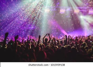 Ein überfüllter Konzertsaal mit Szene-Lampen, Rock-Show-Darbietung, mit Leuten-Silhouette