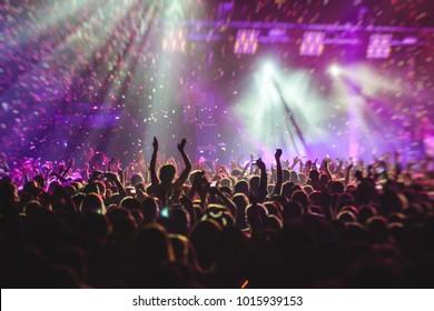 Ein überfüllter Konzertsaal mit Szene-Lampen, Rock-Show-Performance, mit Leuten-Silhouette