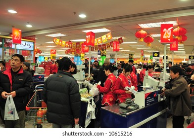 Crowded  supermarket in shanghai before chinese new year