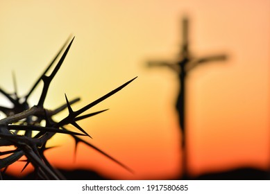 Dornenkrone Jesu Christi auf silhouette katholischen Kreuzes bei Sonnenuntergang Hintergrund