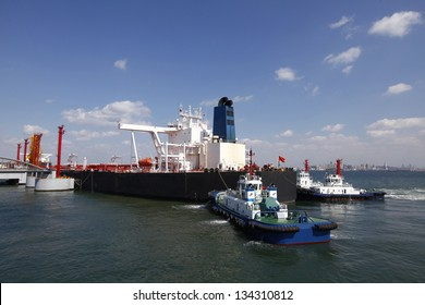 Crude oil trading terminal of Qingdao Port, China, China's crude oil imports in the largest berthing large 30-ton tanker