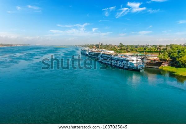 Kreuzfahrtschiff am Nil. Kairo. Giza. Ägypten. Reisehintergrund. Hintergründe für Ferien-Feiertage