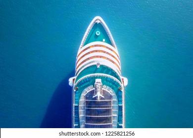 地中海を横断するクルーズ船 – 航空画像