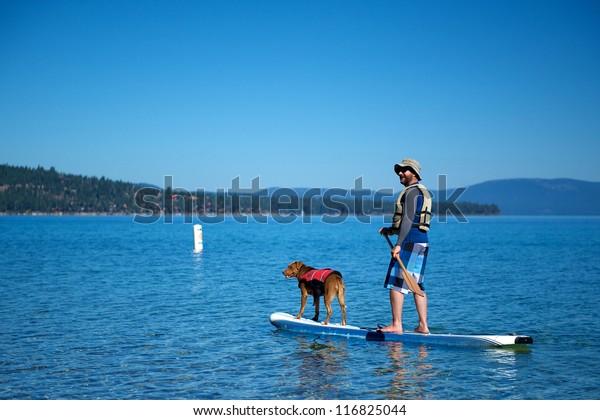 Cruising auf einem Stand-Up-Surfer am Tahoe-See