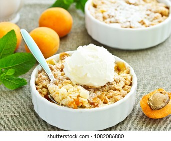 crumble with apricot and cinnamon.