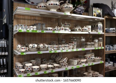 """Cruquius, the Netherlands - october 26th 2018: Boerenbont crockery on display in an interior shop. Boerenbont is a traditional pattern used on pottery in the Netherlands. """"Boer"""" means farmer"""