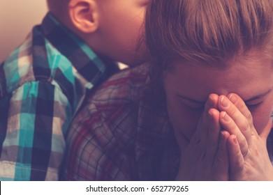 家で泣く不幸な母親