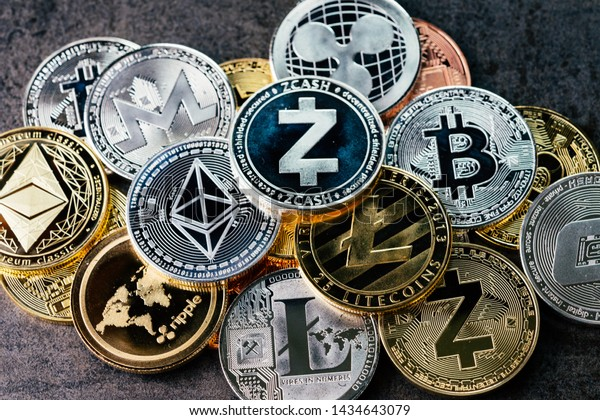 Fondo de moneda criptográfica con varias monedas brillantes de plata y criptomonedas físicas criptomonedas símbolo monedas, Bitcoin, Ethereum, Litecoin, zcash, ripple.