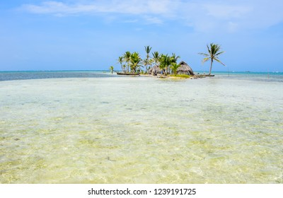 The crystal clear water of the caribean San Blas, Panama