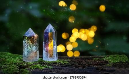 unscharfer brüchiger Hintergrund mit Kristallen, Nahaufnahme. künstlerischer Rauschfilter. flache Tiefe. weicher selektiver Fokus