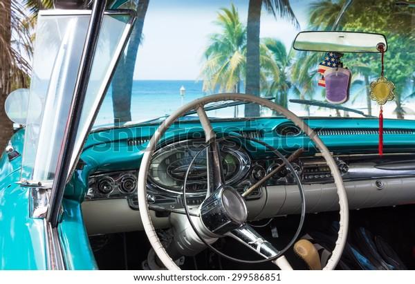 Kuba-blauer klassischer Parkplatz in Strandnähe mit Dashboard-Ansicht