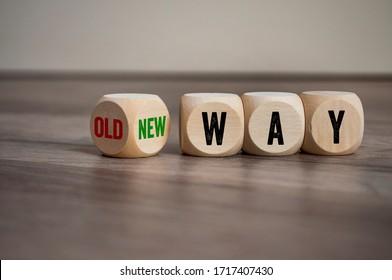 Würfel und Würfel mit der Nachricht auf Holzhintergrund auf alte Art und Weise