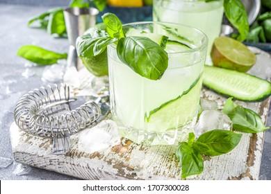 Un cocktail de gin et d'alcool de vodka cassé de basilic de concombre. La queue d'été infusée de feuilles de basilic frais, d'agrumes et de concombre,