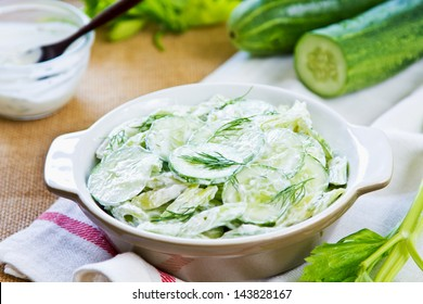 Komkommer met selderij en dille salade in yoghurtdressing
