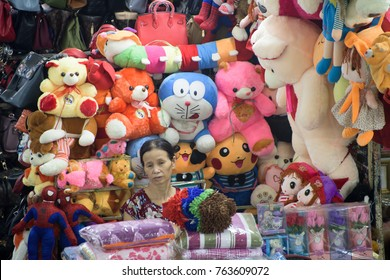 Cuddly Toy sale in the Dong Xuan market, Hanoi, Photo taken at: Dong Xuan market, Ha noi city, Vietnam. Date: 19/ 09/ 2017.