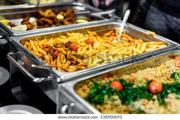 Küche Kulinarisches Buffet Abendessen Essen Festessen Party Konzept. In allen Zimmern können Sie in einem luxuriösen Restaurant mit Fleisch und Gemüse ein Buffet essen.