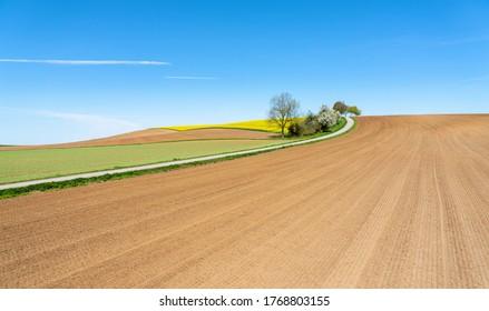 Anbaufläche im Frühling mit neuen, braunen Feldern