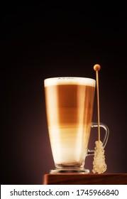 Cappuccino-Kaffee mit karamellfarbenen Süßspeisen