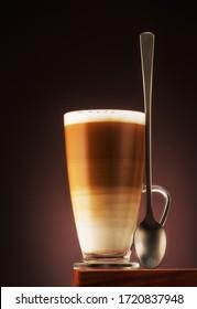 Cappuccino-Kaffee-Holzbrett