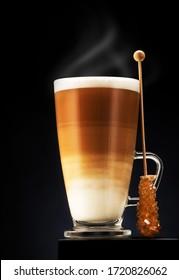 Cappuccino oder latter Kaffee mit Karamellbonbons