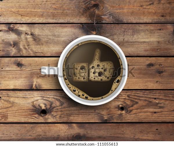 Xícara de café com espuma em forma. textura de madeira