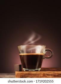 Kaffee mit Dampf und Schokolade