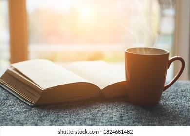 tasse de thé frais ou café du matin et livre ouvert à la maison à la lumière du matin, livre de lecture et concept de café à boire