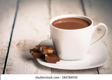 Cup mit heißer Schokolade auf Holzhintergrund